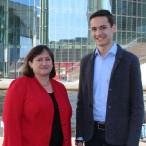 MdB Marianne Schieder mit ihrem Praktikanten Jonas Strasser